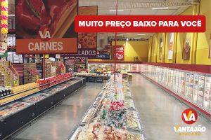 Imagem do setor de embutidos e pães do Vantajão. No canto direito estão os produtos resfriados, dentro de amplas geladeiras. No lado esquerdo estão dispostos os freezers dos itens congelados.