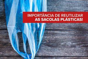 A imagem mostra uma superfície de madeira. Na parte superior esquerda está uma sacola de plástico azul e branca e na parte inferior direita está uma sacola retornável bege.