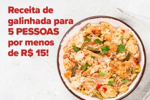 Na imagem é possível ver um prato com arroz, frango, folhas verdes, milho e outros vegetais.