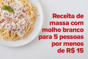 No centro da imagem está um prato branco. Dentro dele há uma porção de espaguete com molho branco e uma folha de manjericão sobre ela.