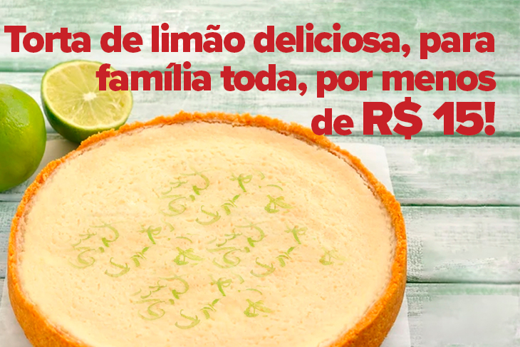 Mais a esquerda da imagem é possível ver, em uma forma redonda, uma torta de limão. Também a esquerda e no topo, estão dois limões, um deles cortado ao meio. O fundo da foto é uma madeira verde.