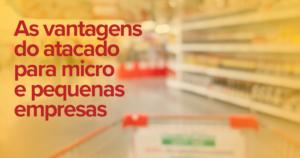 Imagem desfocada do corredor de um supermercado. É possível distinguir um carrinho de compras no primeiro plano, pessoas mais a esquerda e na direita prateleiras com produtos e cartazes de promoções.